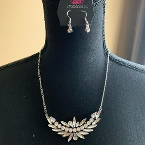 This beautiful silver rhinestone necklace